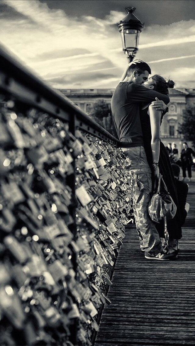 Lovers Kissing In Paris - Iphone Kiss Wallpaper Love , HD Wallpaper & Backgrounds