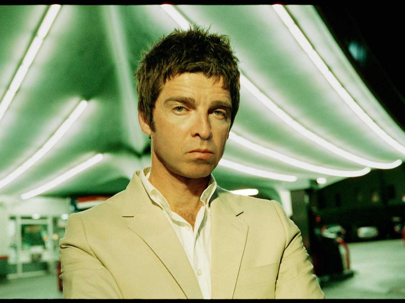 Wallpaper Noel Gallagher, Suit, Shirt, Filling, Night - Noel Gallagher , HD Wallpaper & Backgrounds