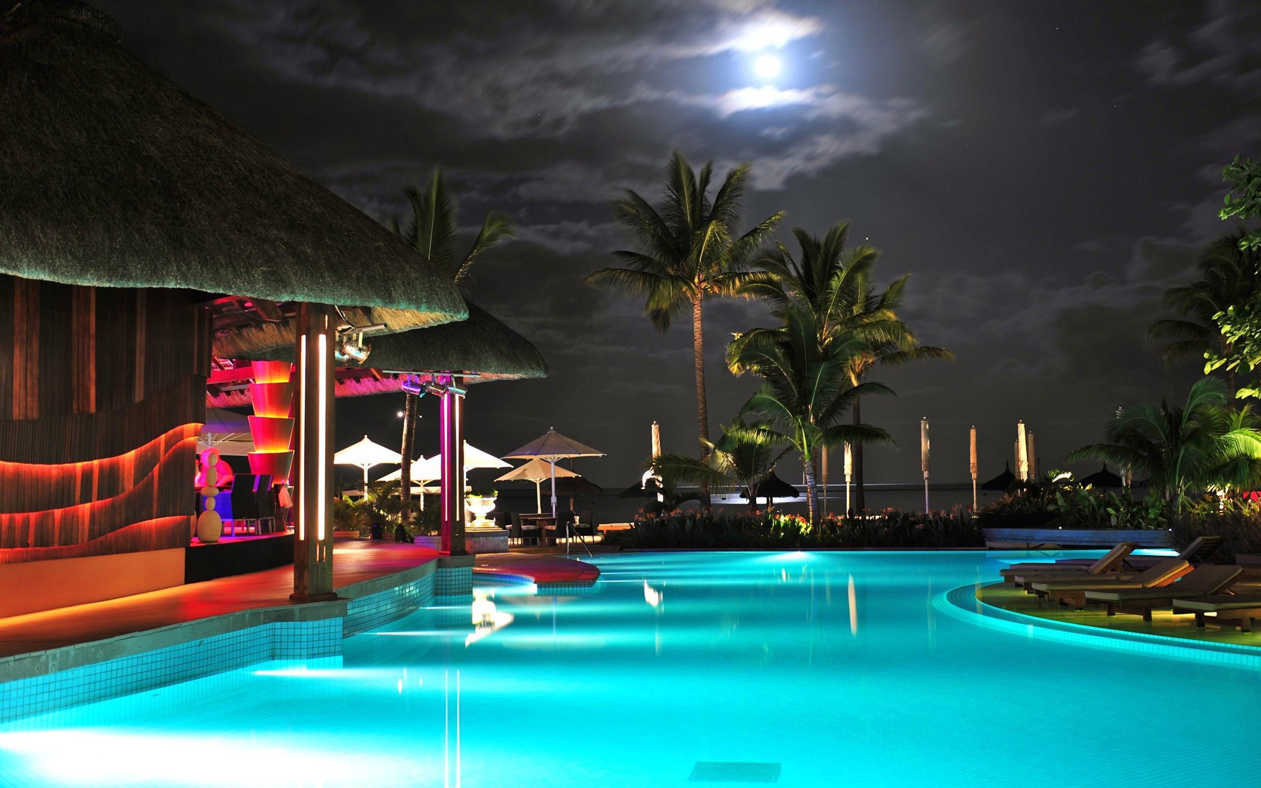Swimming Pool At Night - Swimming Pool Night , HD Wallpaper & Backgrounds