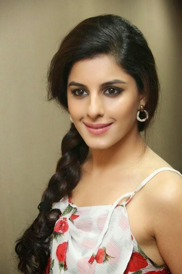 Talwar Wallpaper Hd - All Malayalam Actors Women , HD Wallpaper & Backgrounds