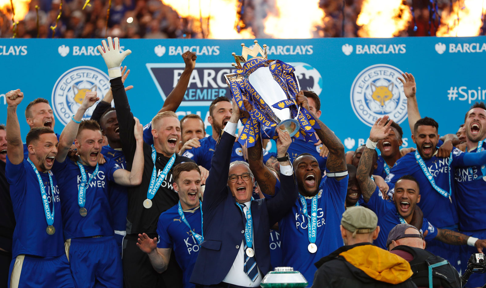 Leicester City Lifts The Trophy - Leicester City Premier League Champions 2016 , HD Wallpaper & Backgrounds