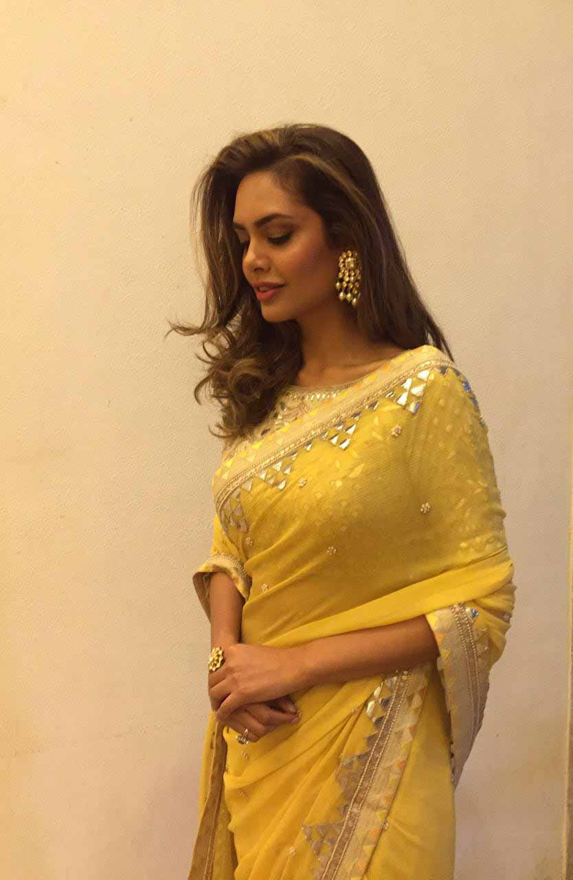 Esha Gupta In Yellow Saree Wallpaper Is 4k Wallpaper - Jewellery To Wear With Saree , HD Wallpaper & Backgrounds