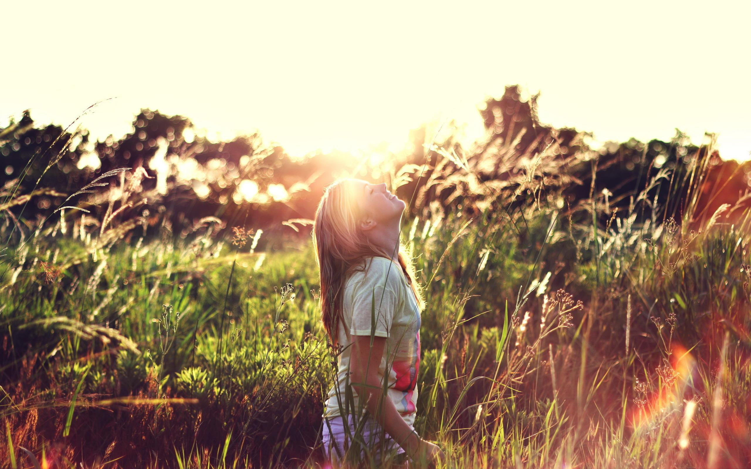 Nature Girl Wallpaper - Happy Girl In Nature , HD Wallpaper & Backgrounds