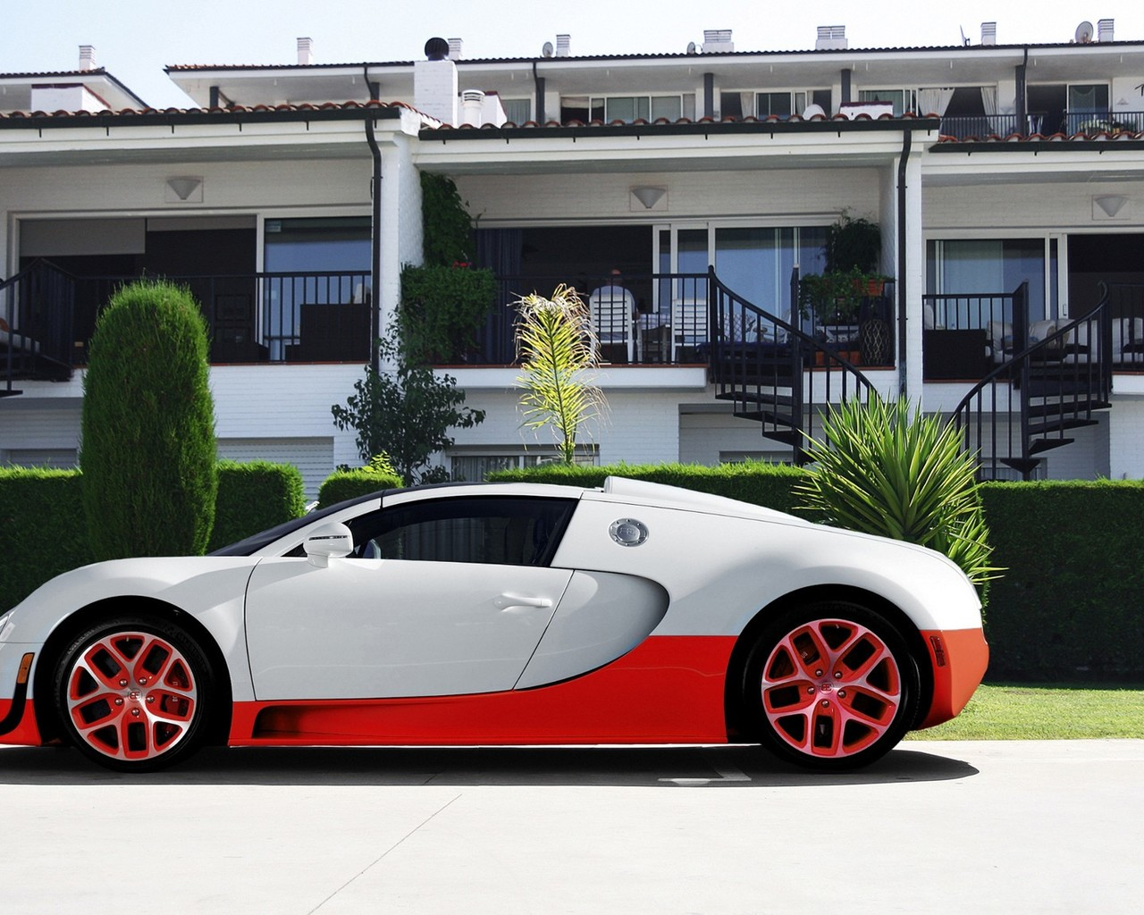 Bugatti Veyron 6 Image - Cars Infront Of House , HD Wallpaper & Backgrounds