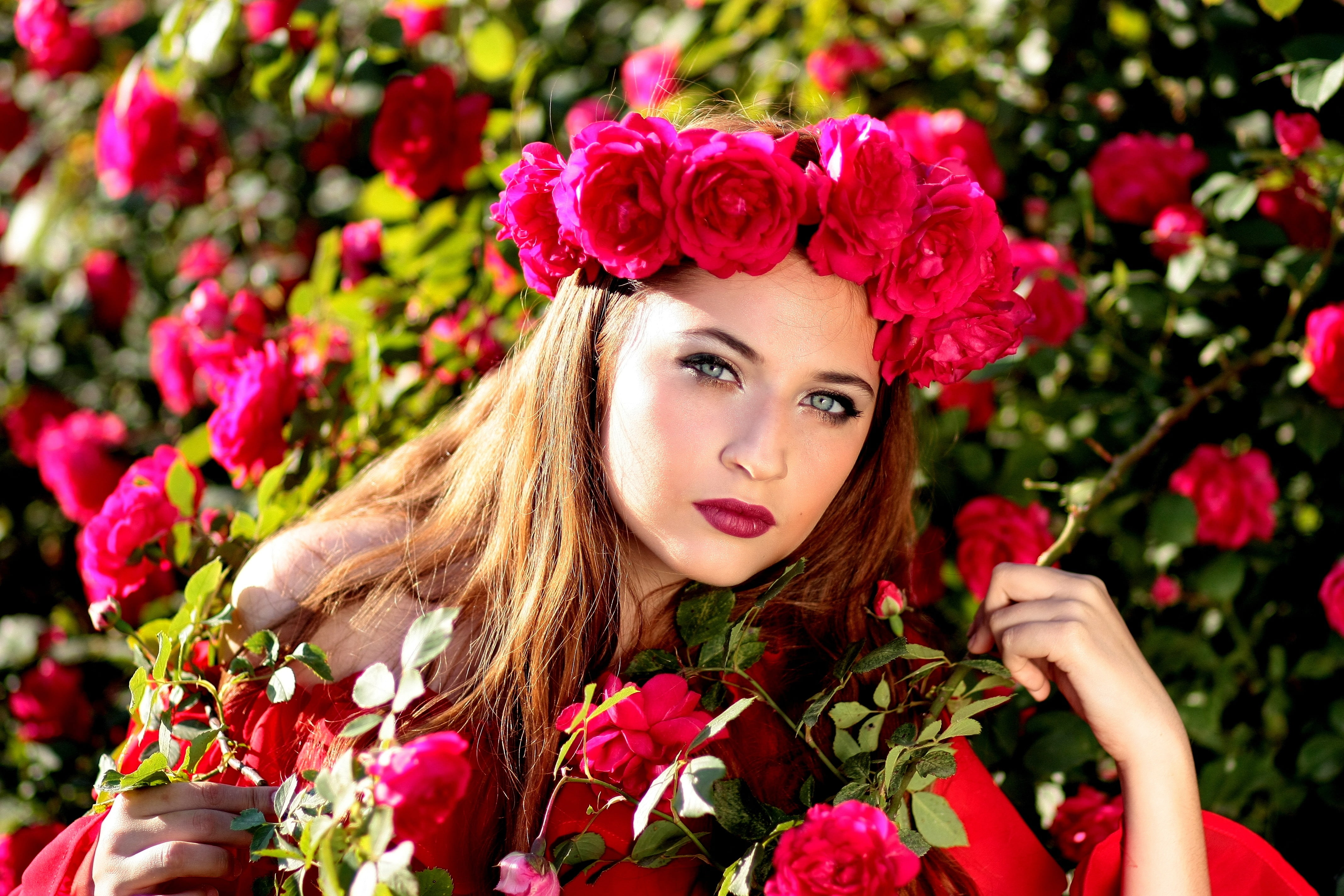 Woman Wearing Red Rose Headband Posing In Red Rose - Beautiful Girl Red Roses , HD Wallpaper & Backgrounds