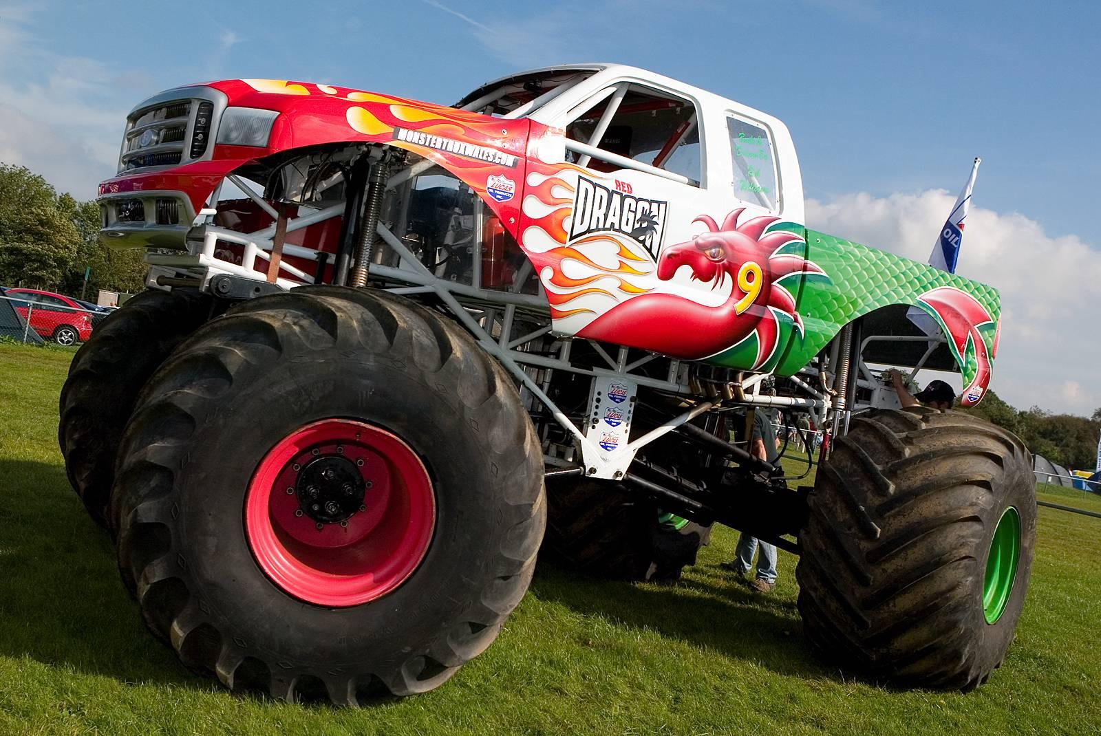 Amazing Monster Truck For Desktop Wallpaper - Monsters Trucks , HD Wallpaper & Backgrounds