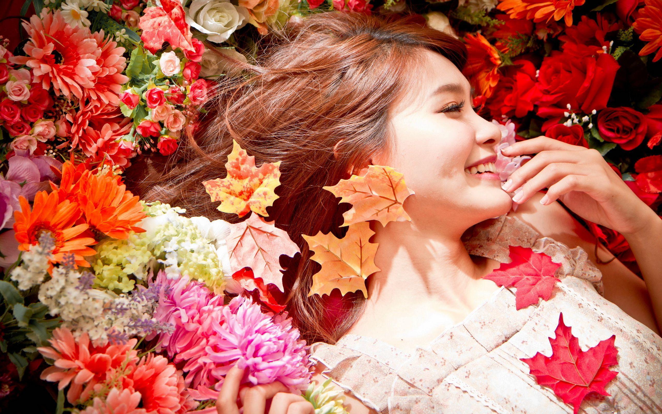 Happy Girl In The Flowers Hd Wallpaper - Happy Girl With Flowers , HD Wallpaper & Backgrounds