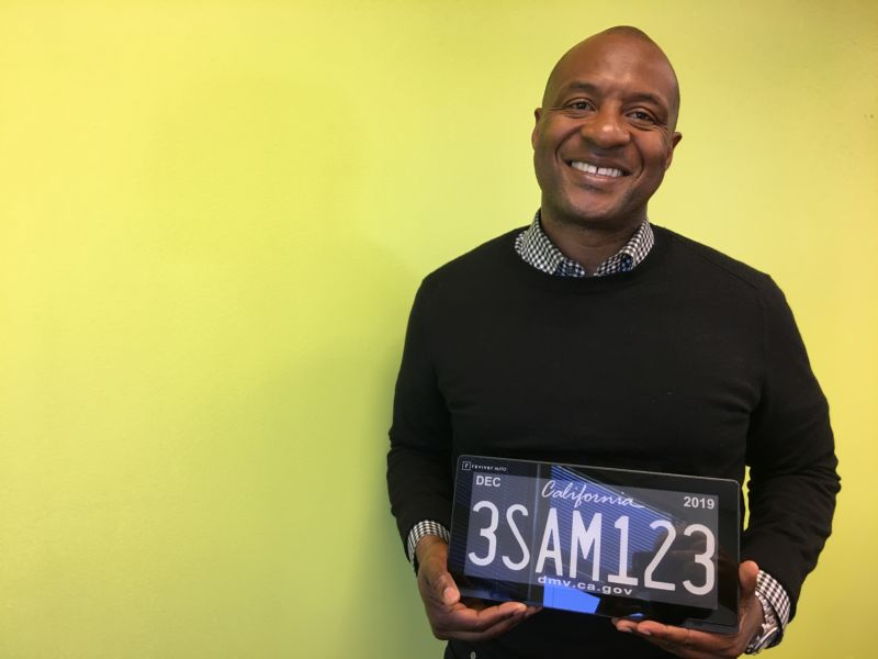 A Smiling Man Holds A Digital License Plate - Digital License Plate Arizona , HD Wallpaper & Backgrounds