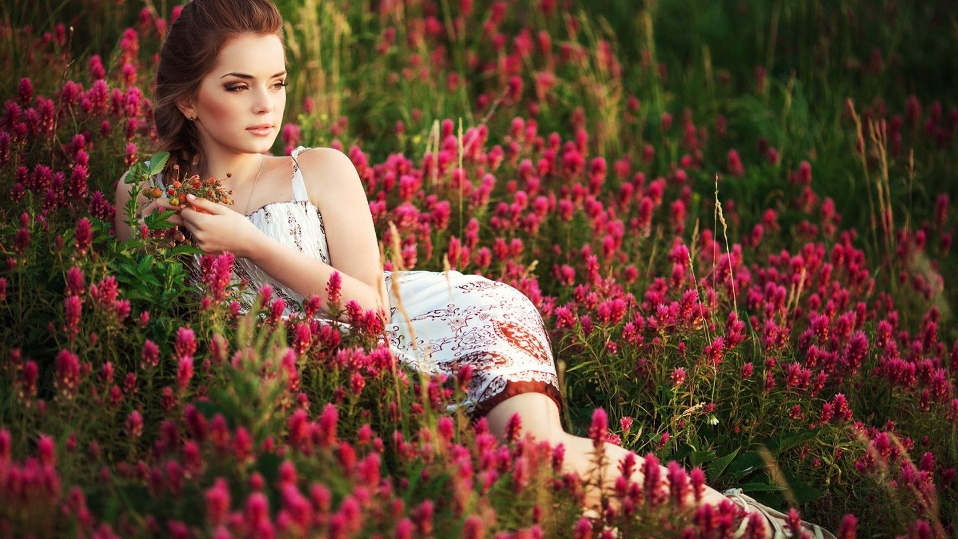 Beautiful Girls With Flower In Hd , HD Wallpaper & Backgrounds
