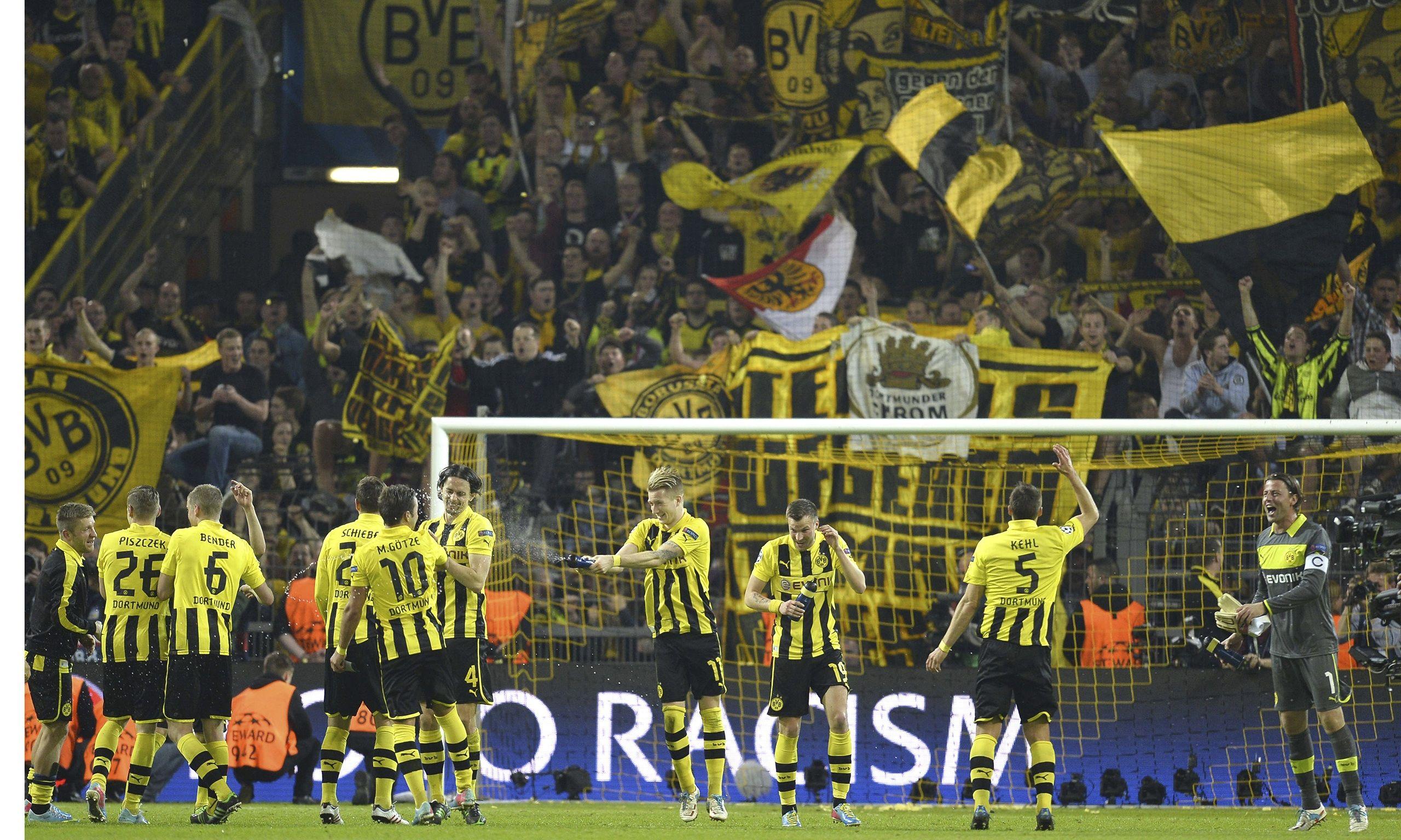 Borussia Dortmund Wallpaper Fans 2015 Photos Dortmund Players Celebrating With Fans 2369788 Hd Wallpaper Backgrounds Download