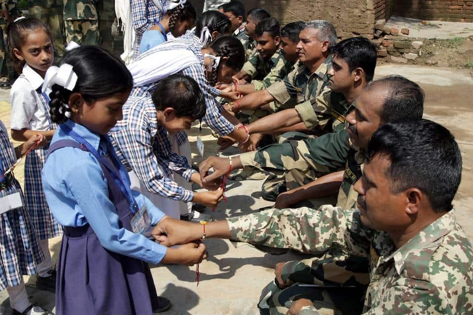 Indian Army Celebrating Raksha Bandhan Images Pics - Army , HD Wallpaper & Backgrounds