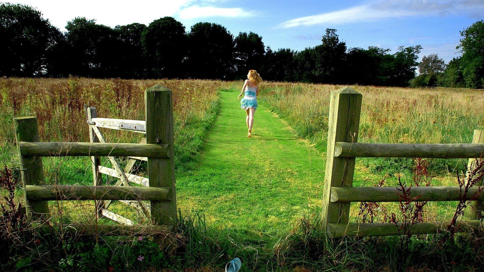 Full Hd Wallpapers Girls - Girl Running On Farm , HD Wallpaper & Backgrounds