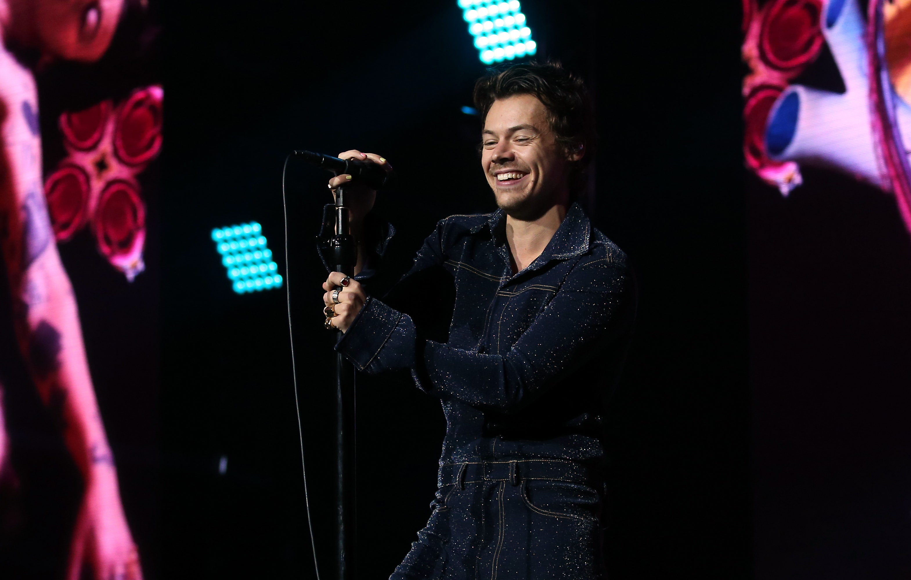 Harry Styles Holding A Microphone Harry Styles Jingle Bell Ball 2019 2966843 Hd Wallpaper Backgrounds Download