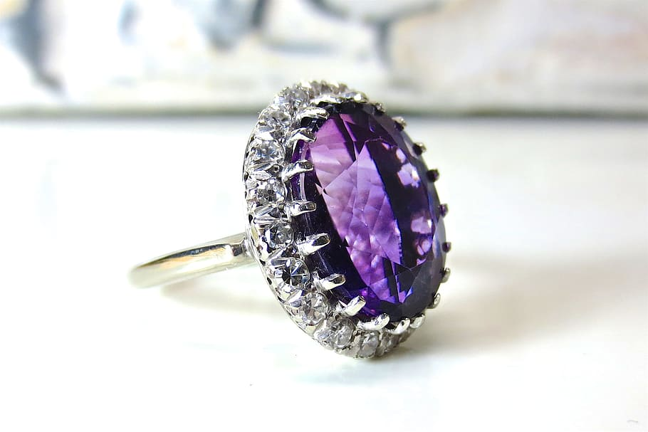 Silver-colored Ring With Purple Gemstone On White Table, - Ametyst Sperky , HD Wallpaper & Backgrounds