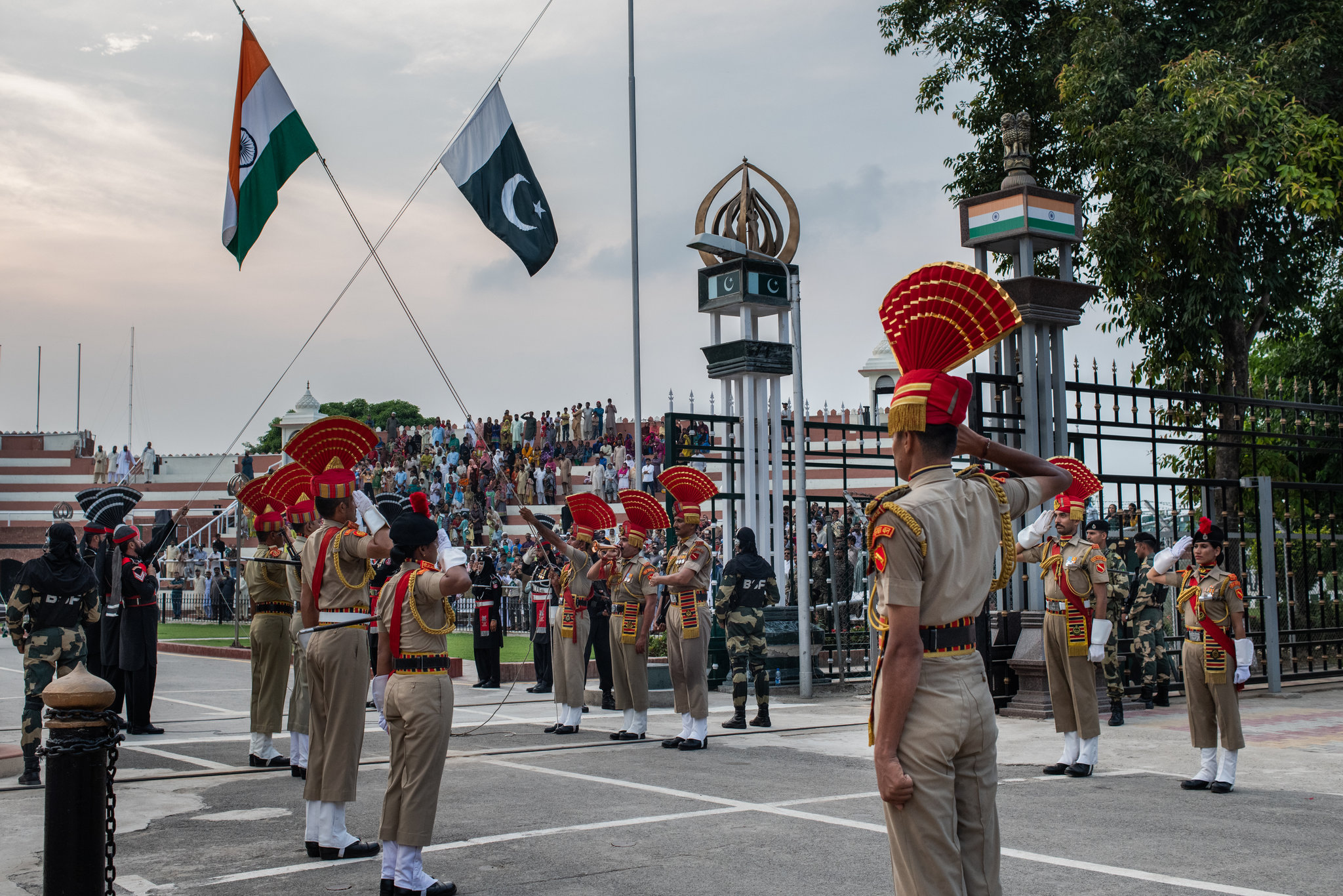 Members Of The Indian Border Security Force, Forefront, - India Pakistan Border Live , HD Wallpaper & Backgrounds