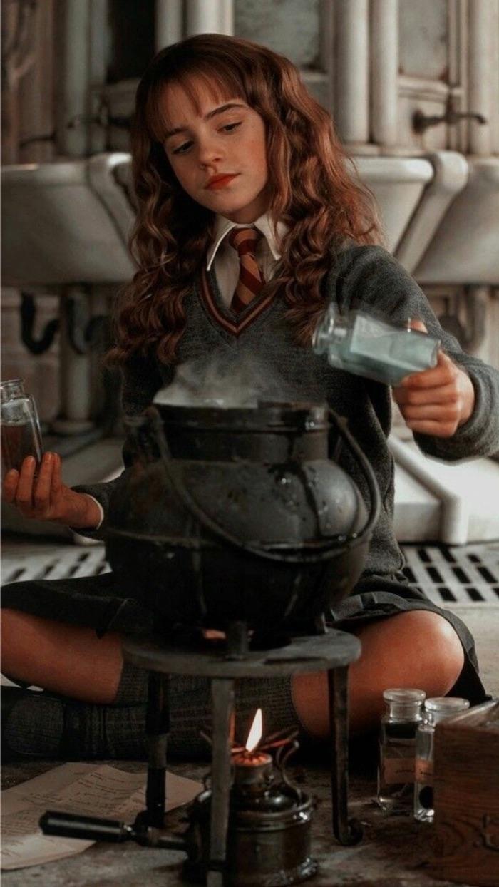 Emma Watson As Hermione Granger, Sitting On The Floor, - Harry Potter Cute Emma Watson , HD Wallpaper & Backgrounds