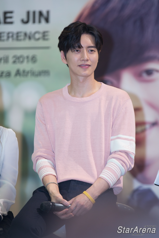 Park Hae Jin-28 - Sitting , HD Wallpaper & Backgrounds