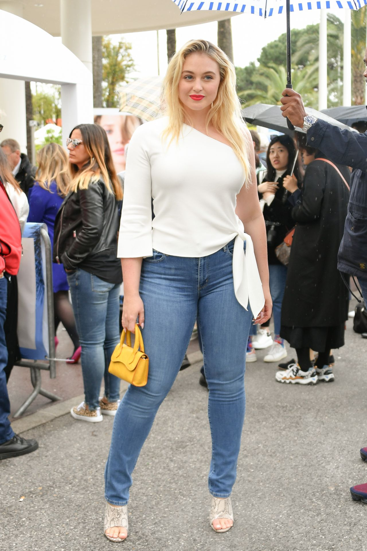 Iskra Lawrence On The Croisette In Cannes 05/19/2019 - Girl , HD Wallpaper & Backgrounds