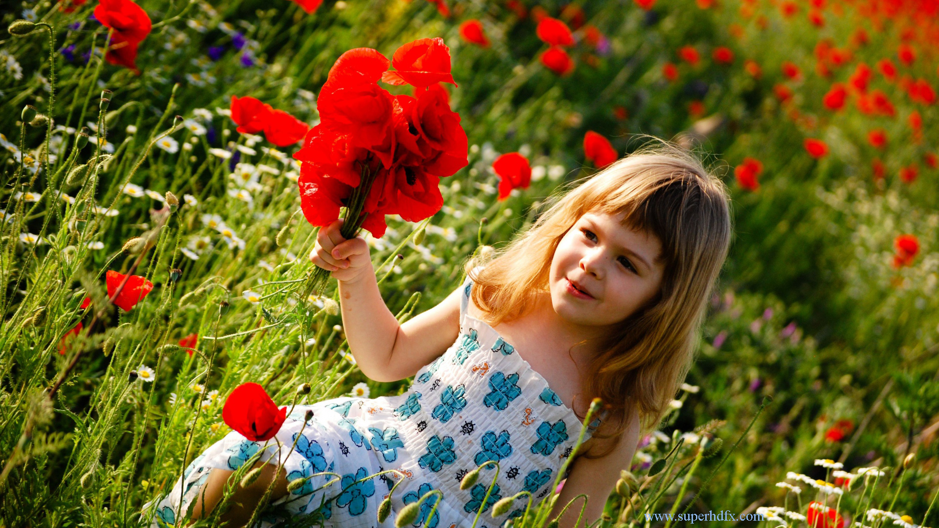 Cute Baby With Flowers - Girl Baby Full Hd , HD Wallpaper & Backgrounds