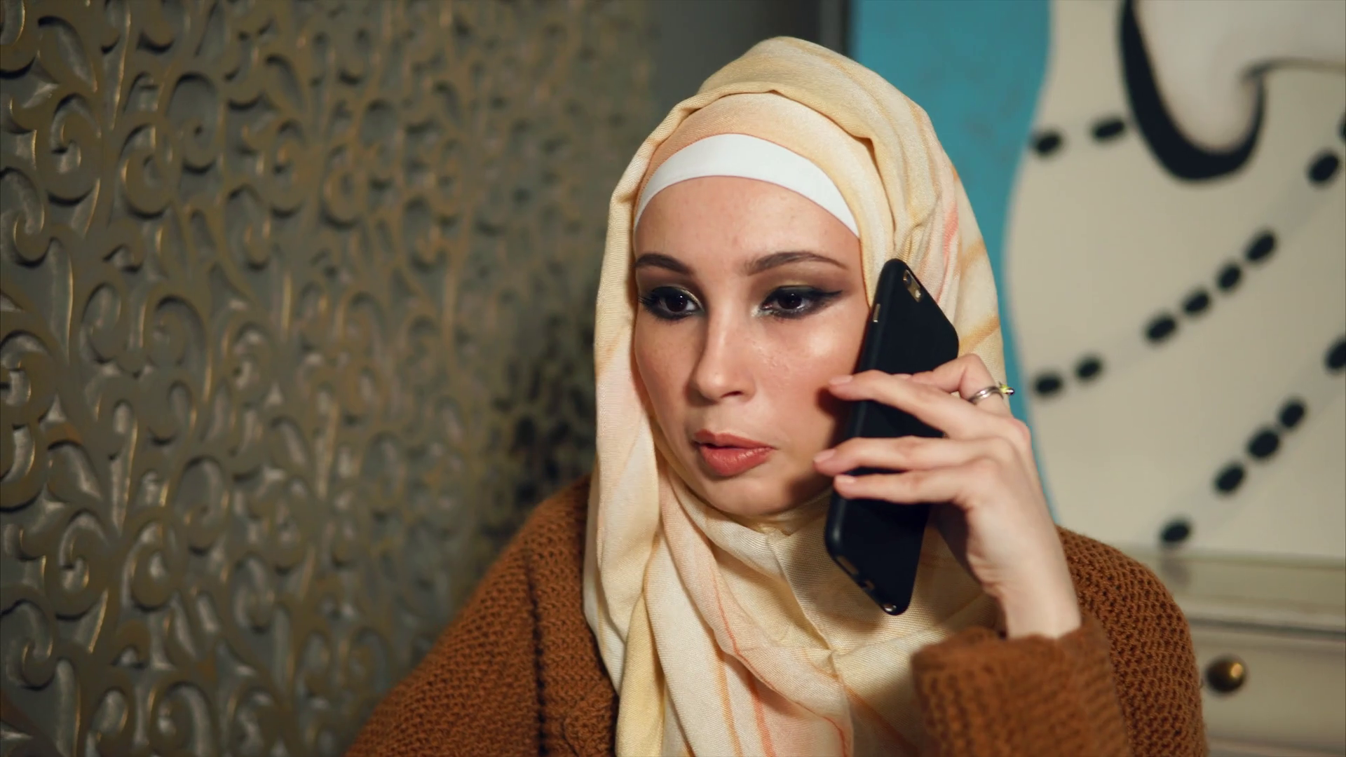 Young Muslim Woman In Headscarf Having A Business Talk - Girl , HD Wallpaper & Backgrounds