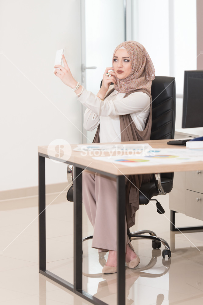 Young Cheerful Muslim Business Woman Working With Computer , HD Wallpaper & Backgrounds
