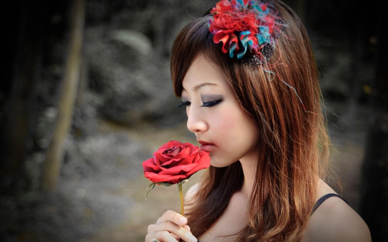 Rose In Hand Hd Wallpaper - Girl Kiss A Rose , HD Wallpaper & Backgrounds