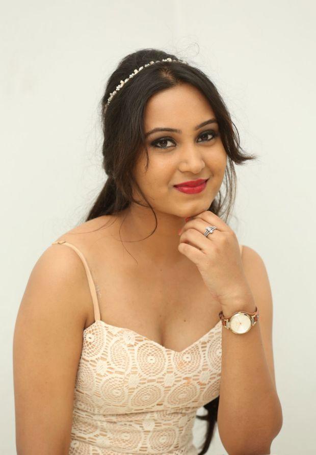 Watch Kannada Rockingstar Yash's Upcoming Movie Gajakesari - Kannada Film Hot Actress , HD Wallpaper & Backgrounds