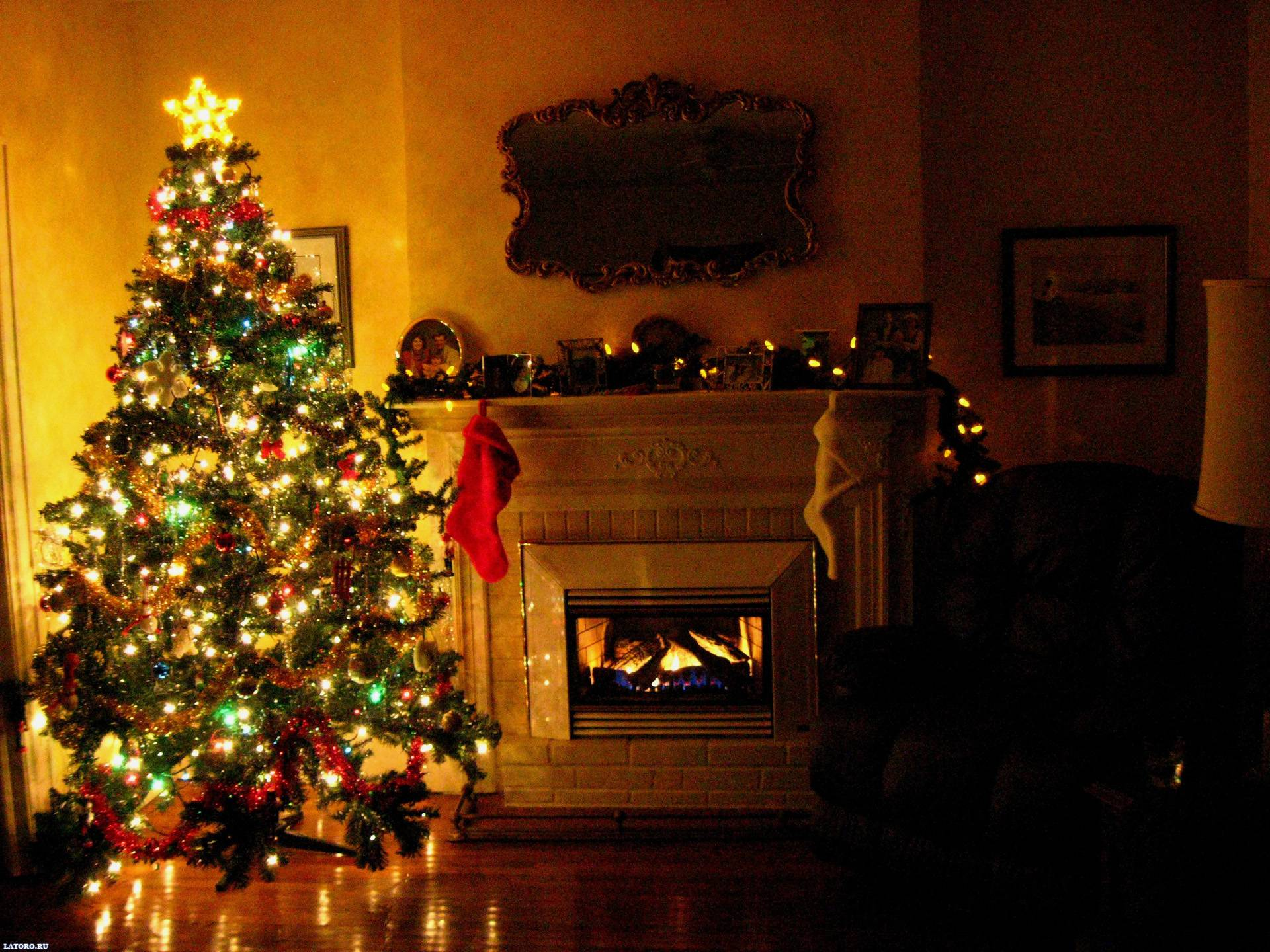 Christmas Desktop Backgrounds - Christmas Trees In Homes , HD Wallpaper & Backgrounds