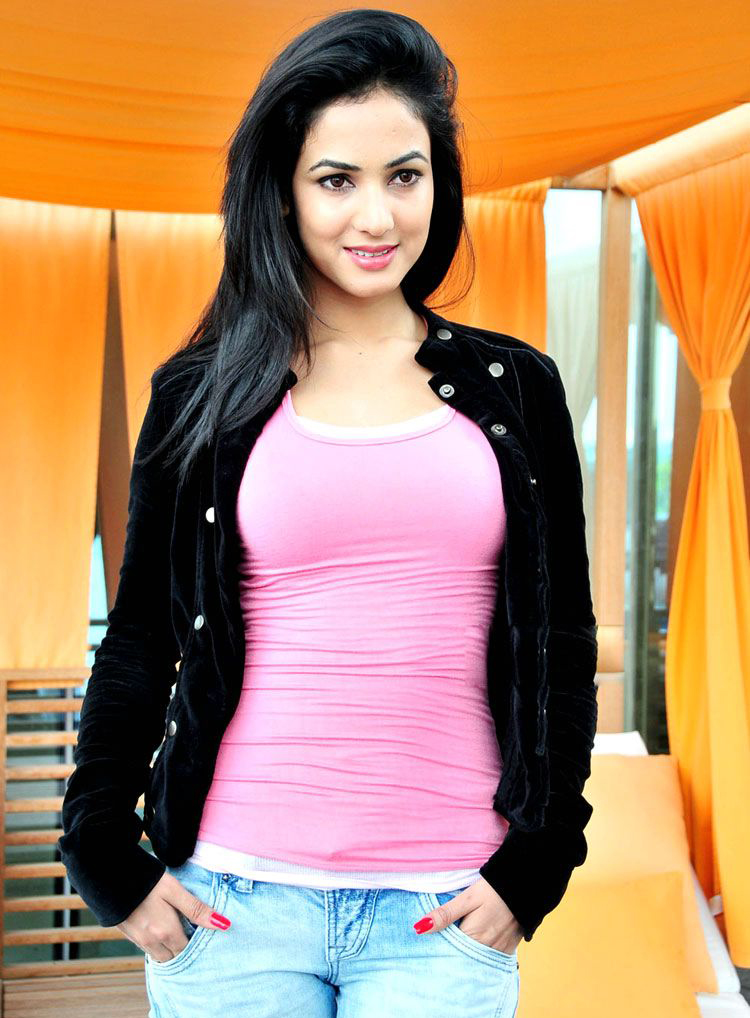 Download Sonal Chauhan In Pink T-shirt & Black Jacket - 720 X 1280 Sonal Chauhan Full Hd , HD Wallpaper & Backgrounds