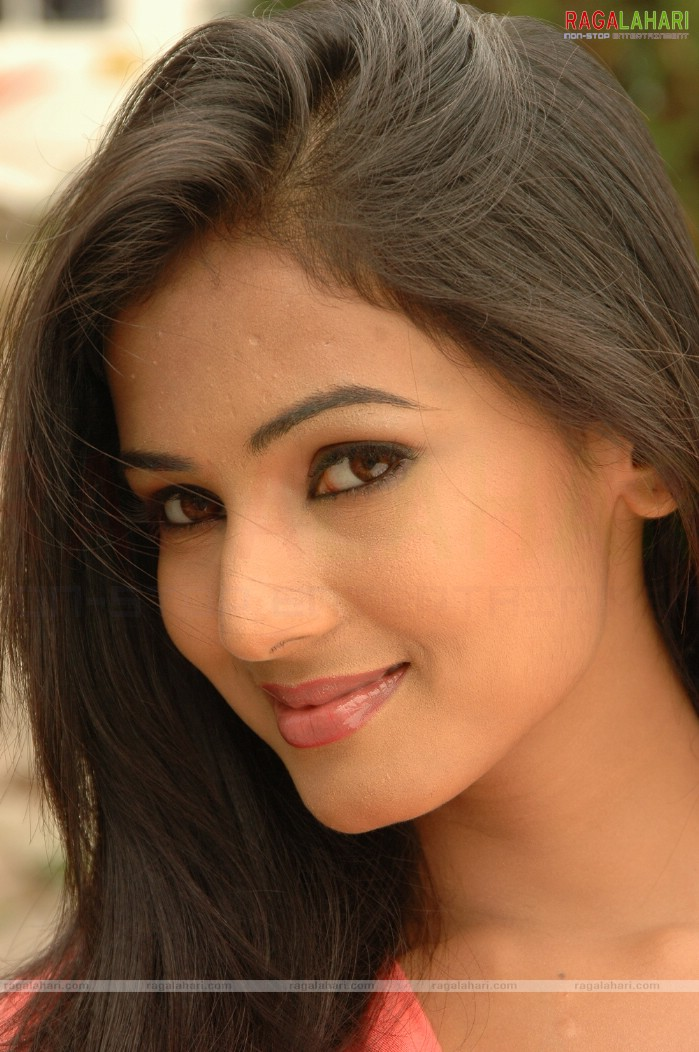 Sonal Chauhan Sexy Photo Gallery/wallpapers - Sonali Chauhan , HD Wallpaper & Backgrounds
