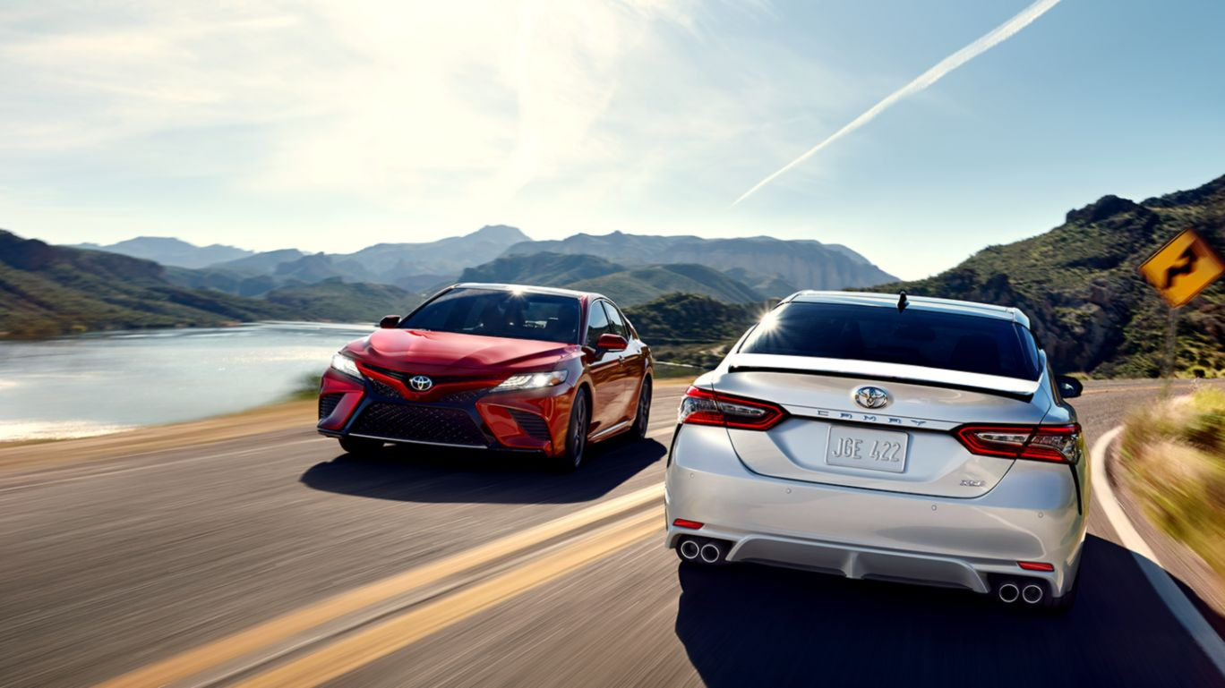2017 Toyota Camry On Road Front And Back Full Uhd Wallpaper - Toyota Camry 2019 Interior , HD Wallpaper & Backgrounds