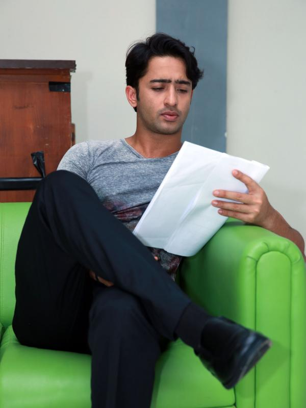 Shaheer Sheikh Off Screen Photo - Sitting , HD Wallpaper & Backgrounds