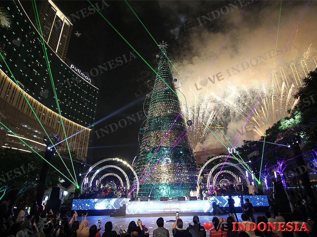 Serunya Atraksi Pohon Natal Tertinggi Kembang Api Pohon
