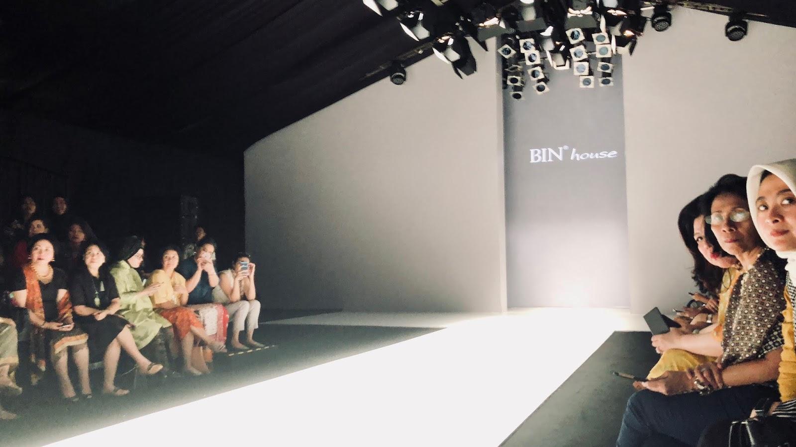 Model Yang Melenggak - Fashion Show , HD Wallpaper & Backgrounds