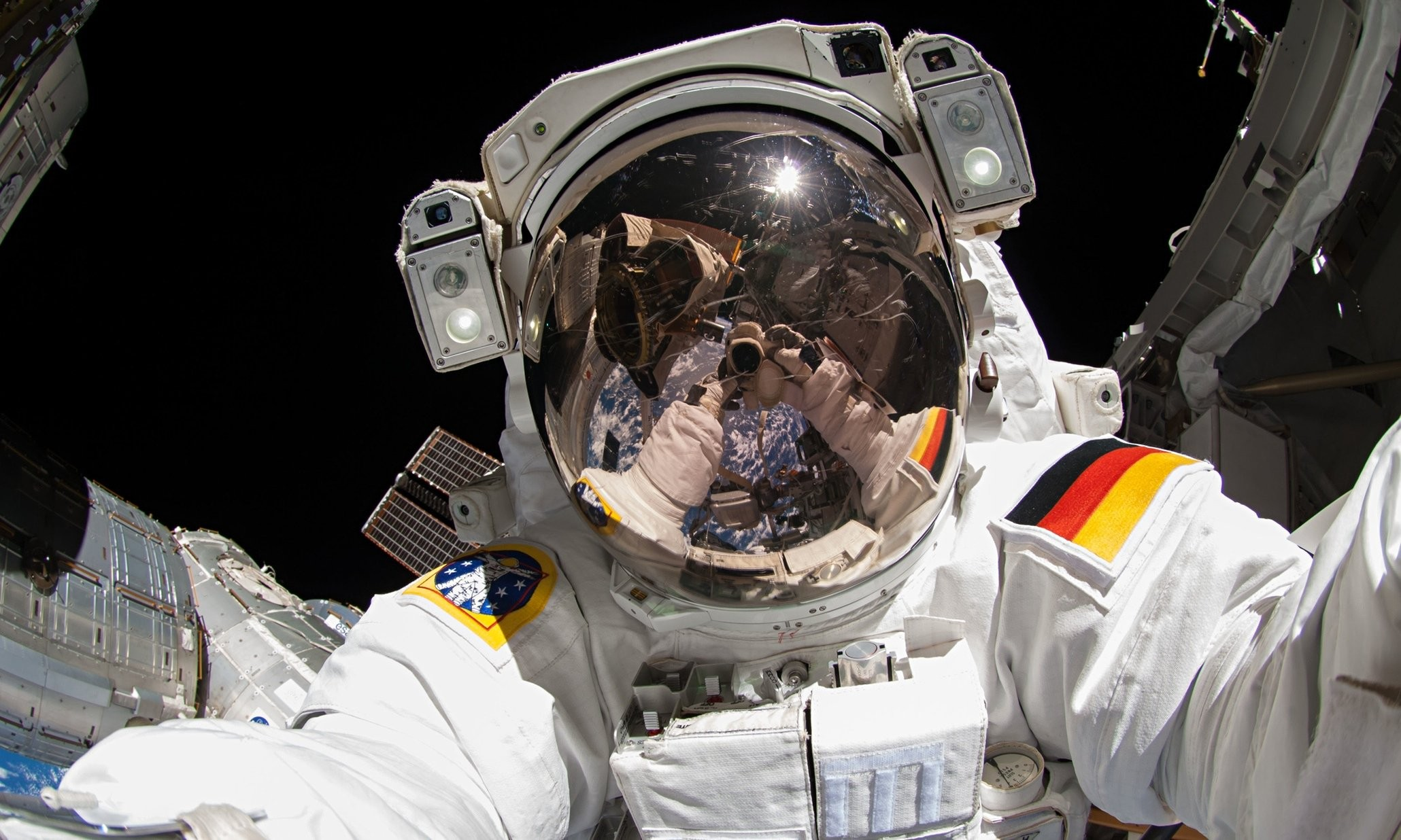 Space Suit - Astronaut Iss , HD Wallpaper & Backgrounds